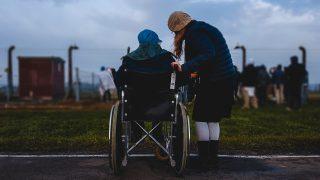車椅子に乗っている男性が山に登ることの付加価値