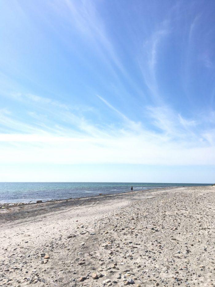 海岸。空が大きく見える。