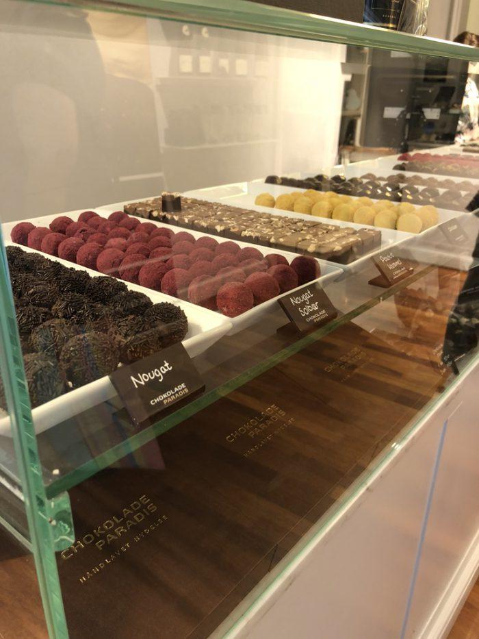 好きなチョコをショーケースから個別に選べる(Chokoladeparadis)