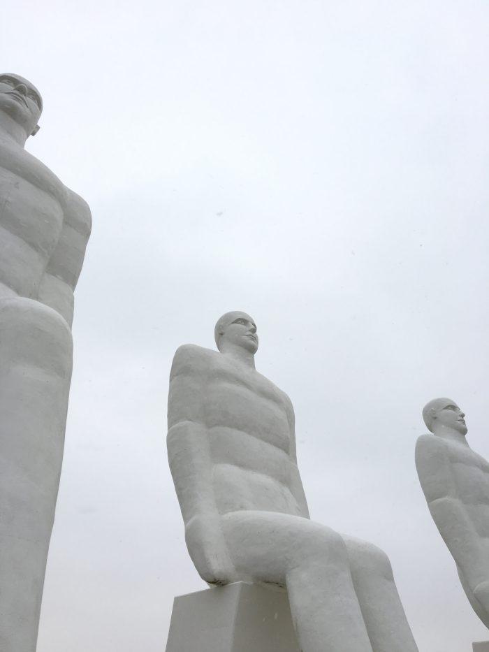 白い巨人像「MENNESKET VED HAVET」
