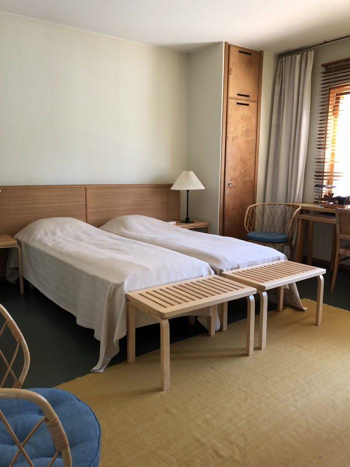 2階にある寝室。ベッドは小さめ。(アアルト自邸)