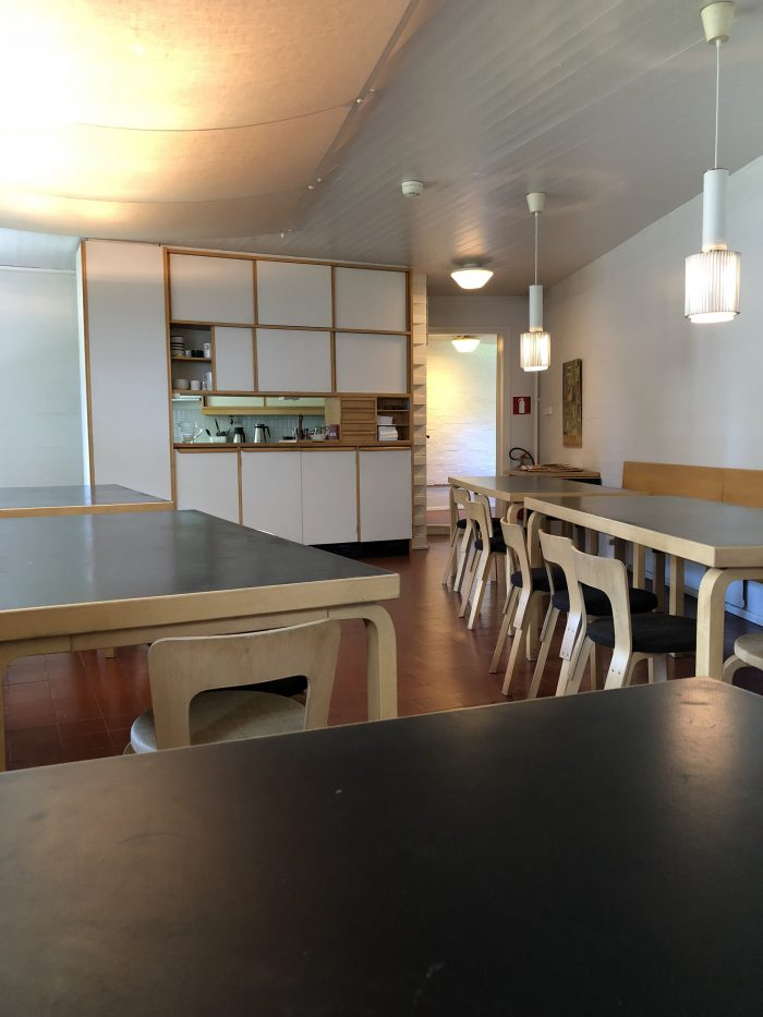アアルトがいつも座っていたという位置から食堂全体を眺める(アアルトのスタジオ)