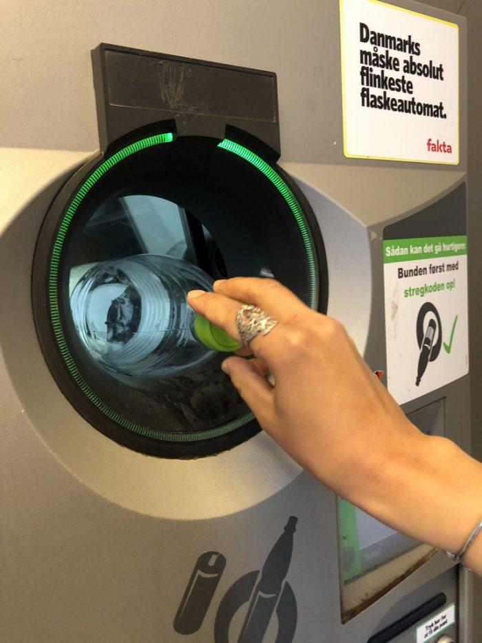 リサイクル回収マシンに流していく