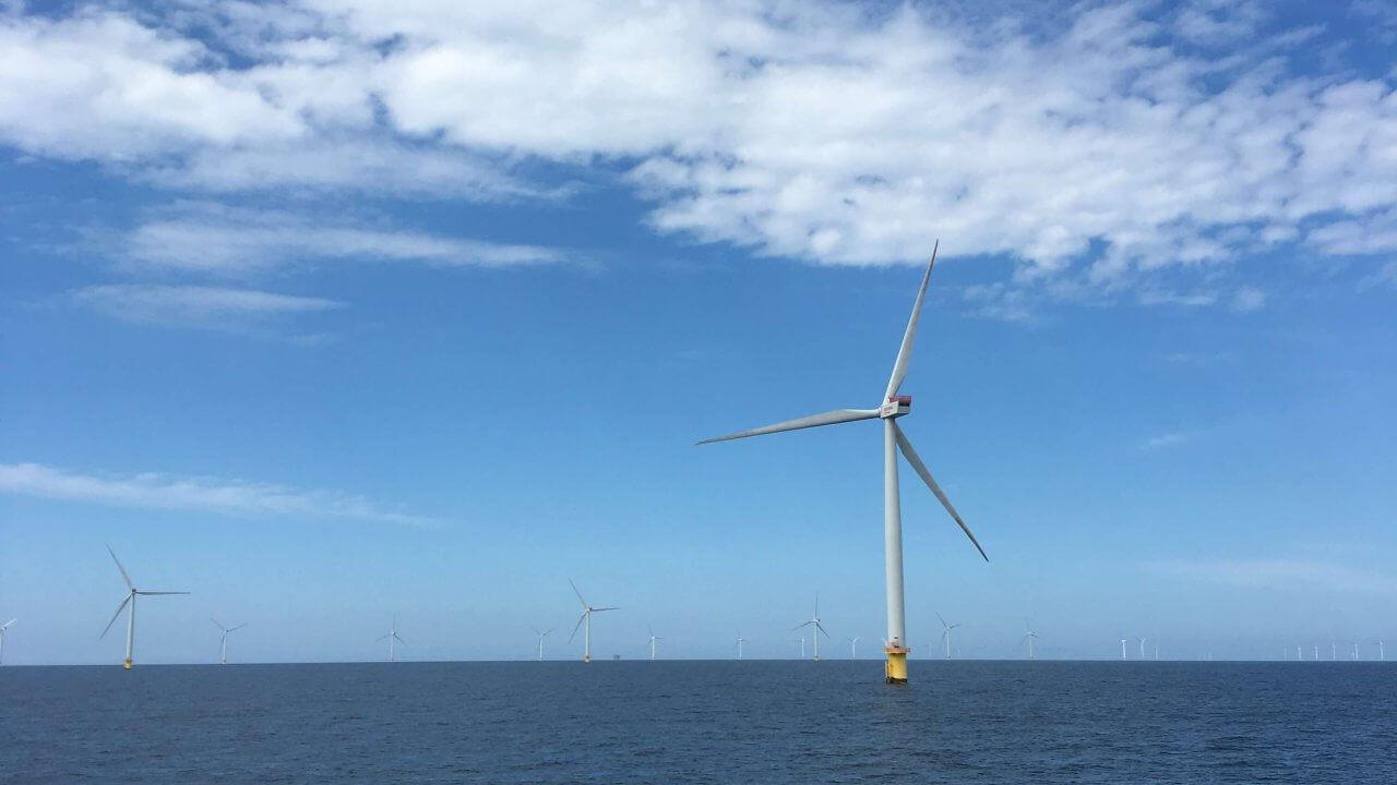 デンマークの海に立っている風力タービン
