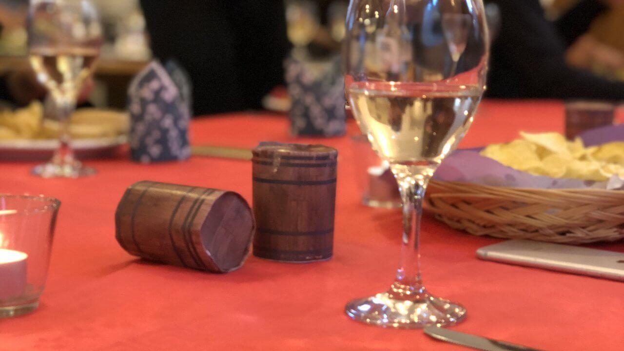 テーブルに転がるワイン樽