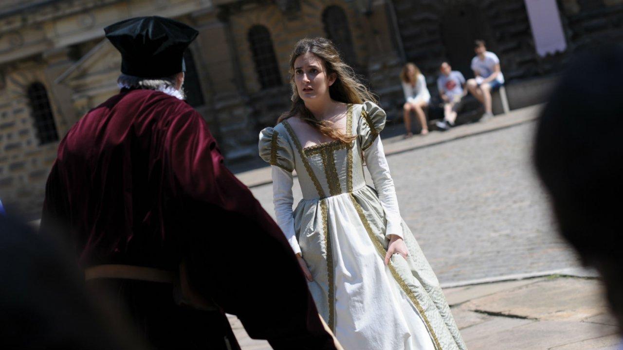 クロンボー城の中庭でハムレットの劇