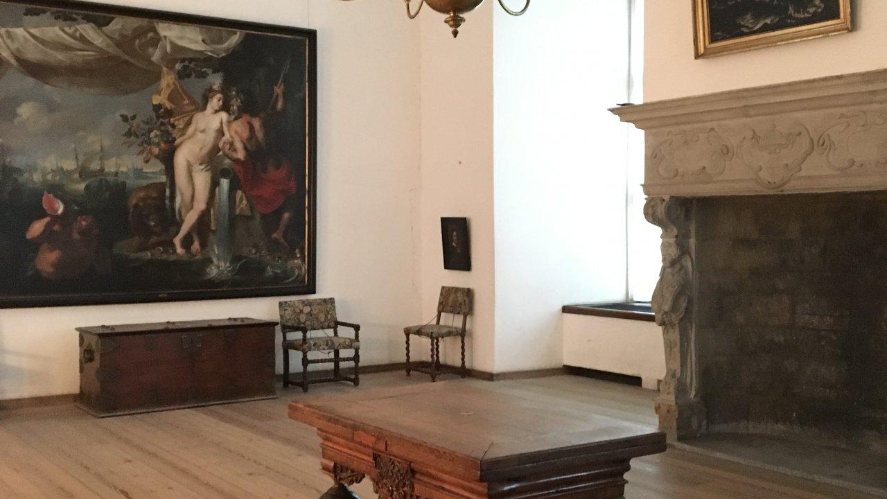 お城の中に家具やアートの展示