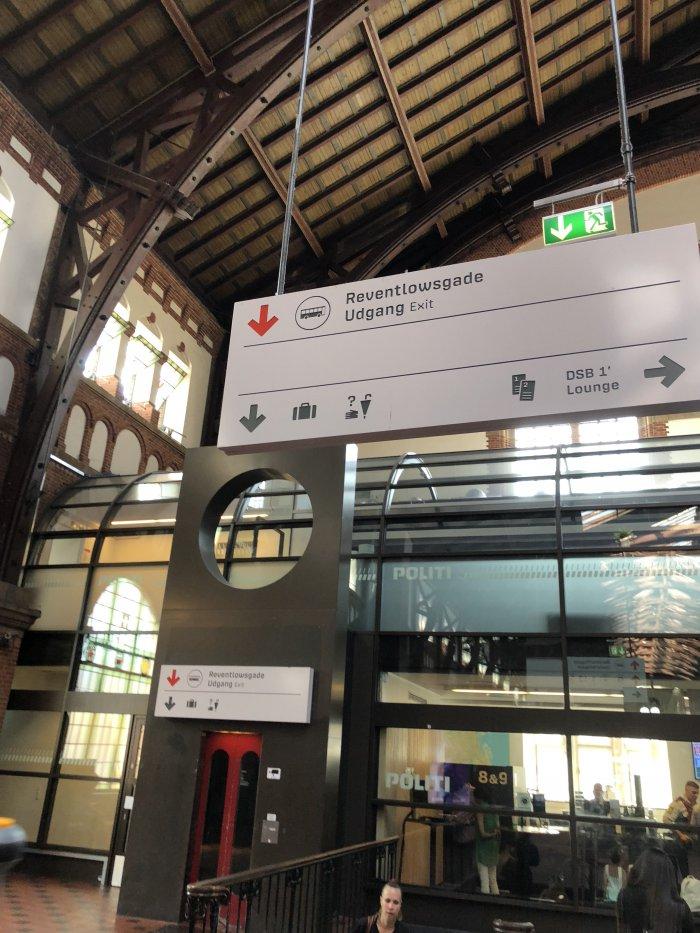 駅の看板に書いてあるカバンのマークがコインロッカーの印