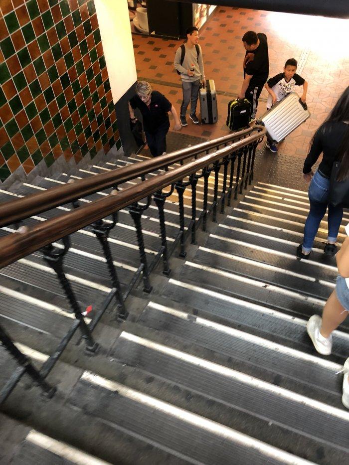 コインロッカーへ続く階段