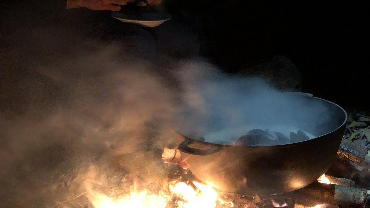 焚き火でいただくムール貝