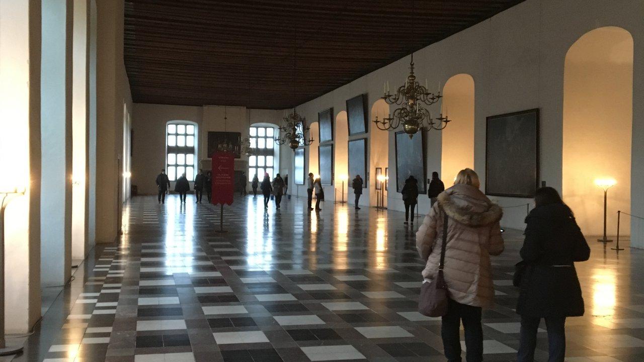 広いホールにアートの展示