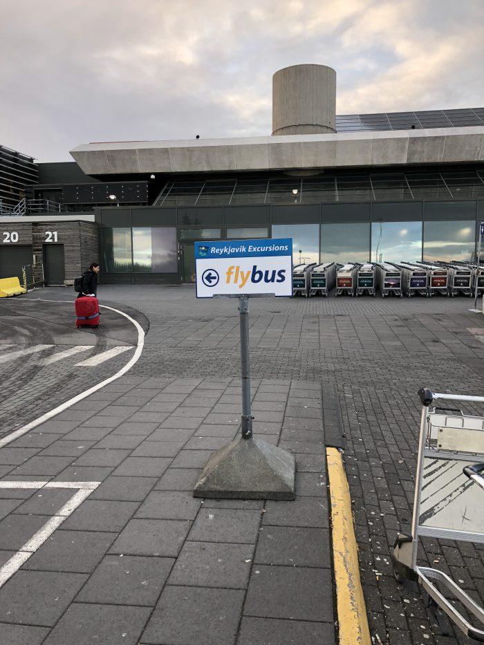 空港を出たところに立っていたflybusの看板