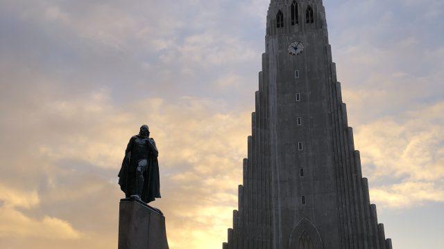 ハットルグリムス教会とレイフ・エリクソン像