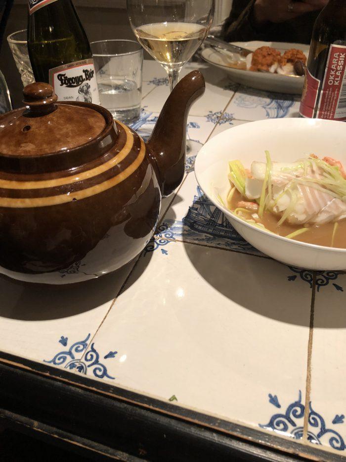 魚貝スープはポットで出てくる