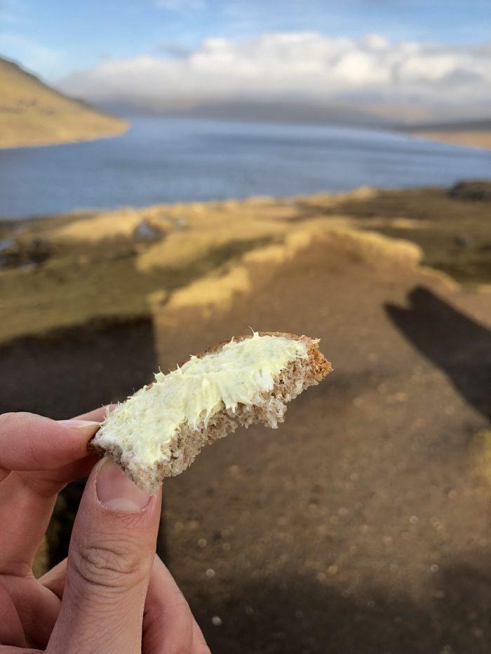 ガイドさんがくれたパンを絶景の中でいただく