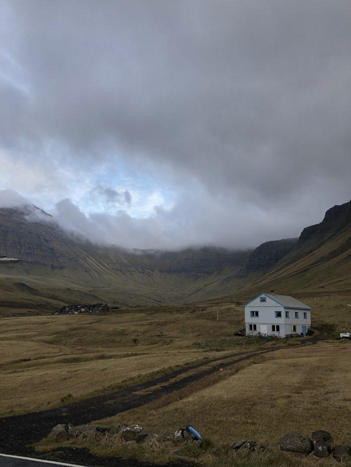周りを山で囲まれた村Gasadalur