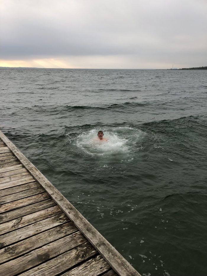 海の中で苦しんでいるデンマーク人の生徒