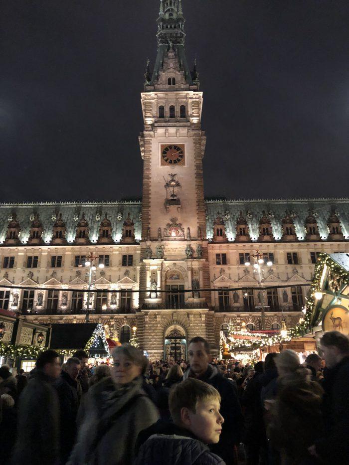 ハンブルク市庁舎前のクリスマスマーケットにて