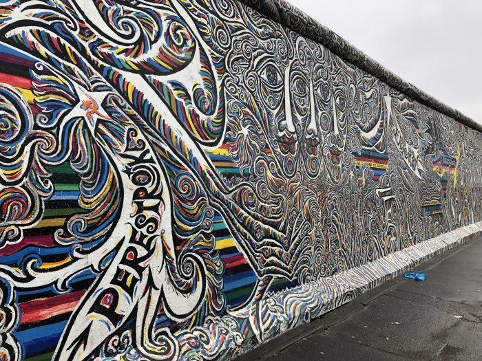 ベルリンの壁にアートが描かれるイーストサイドギャラリー