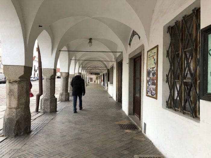 ザハリアーシュ広場の建物の一階部分はアーケード