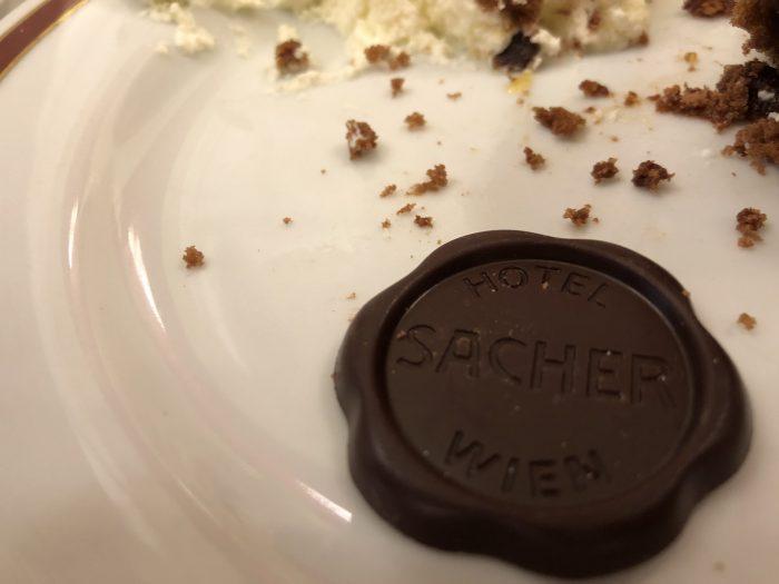 CafeSacherのザッハトルテにはHOTEL SACHERの文字が入ったチョコレート