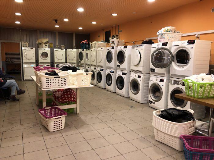 コインランドリー。この洗濯機たち、全部フル稼働でした。