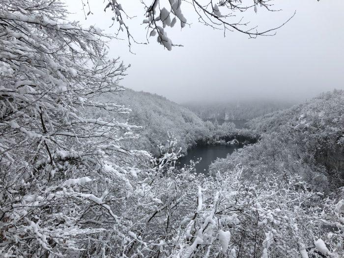 白銀世界のプリトヴィツェ湖群国立公園
