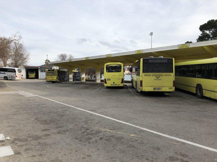 古都トロギールに並ぶクロアチアの黄色いバスたち