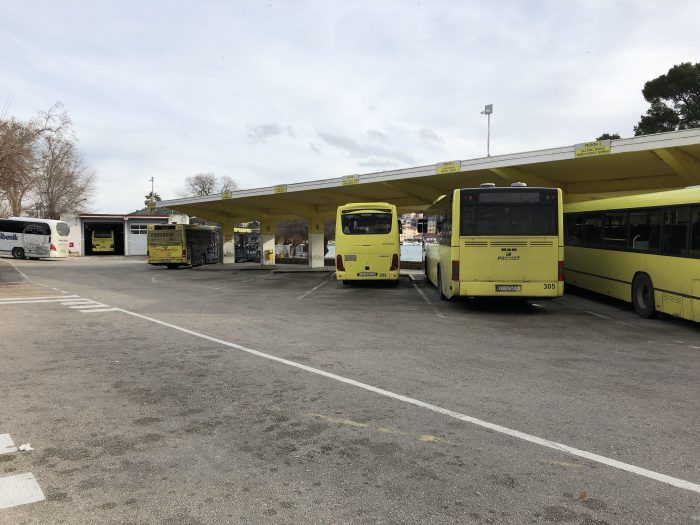 トロギールのバス停。黄色のバスはローカルバス。