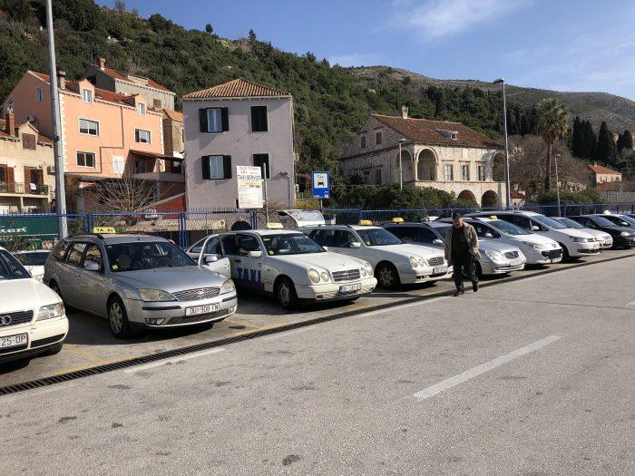 ドゥブロヴニク(クロアチア)のバスターミナルで待機するタクシー