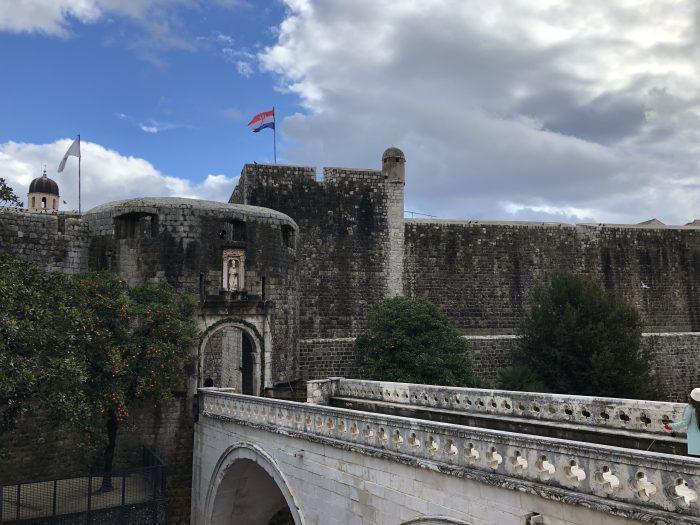 城壁が街を囲う(ドゥブロヴニク)