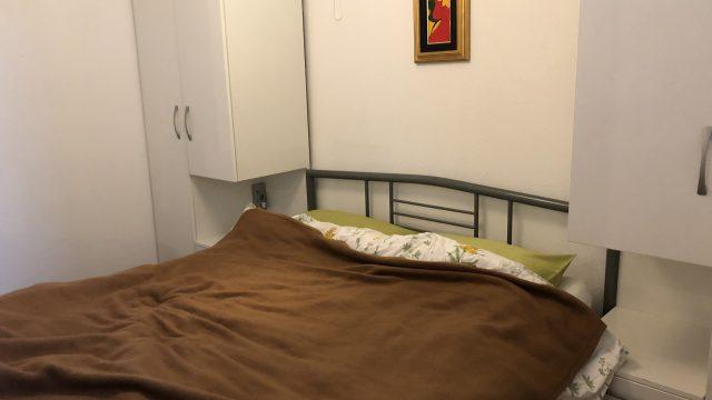 仕切り壁の向こうにはツインベッド