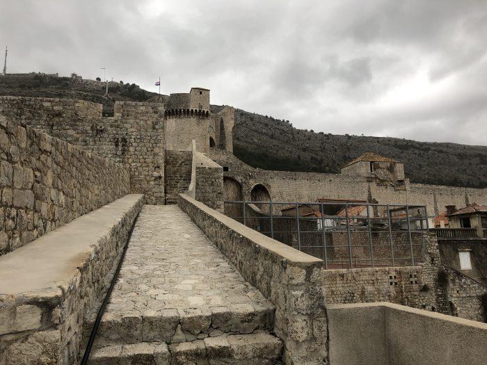 歩けます、ドゥブロヴニクの城壁の上。