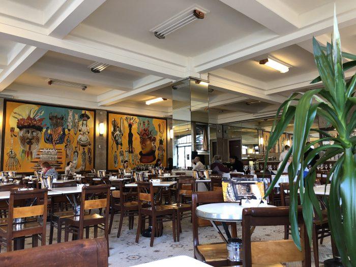 Café Guaranyの中。広くて開放的。