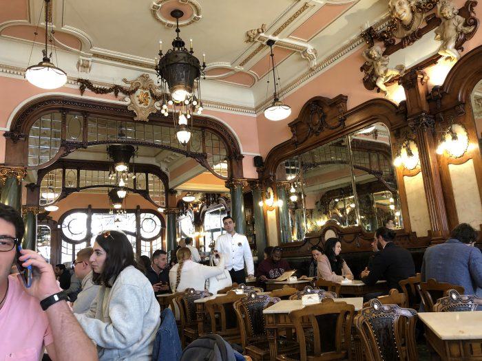 格式高い雰囲気の店内(Majestic Cafe)