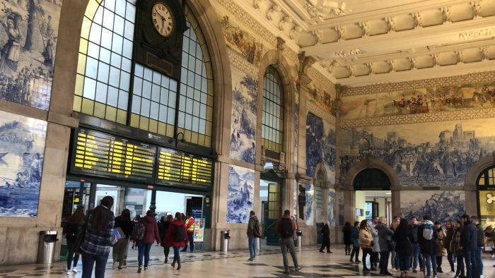 サン・ベント駅の中。デジタル掲示板とアズレージョのコントラストよ。