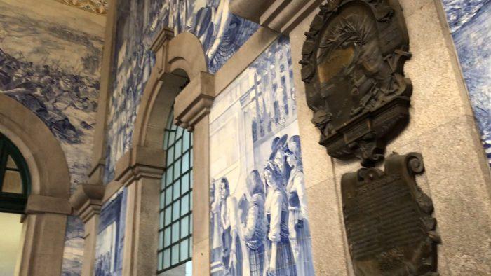 壁のあちらこちらにアズレージョ(サン・ベント駅)