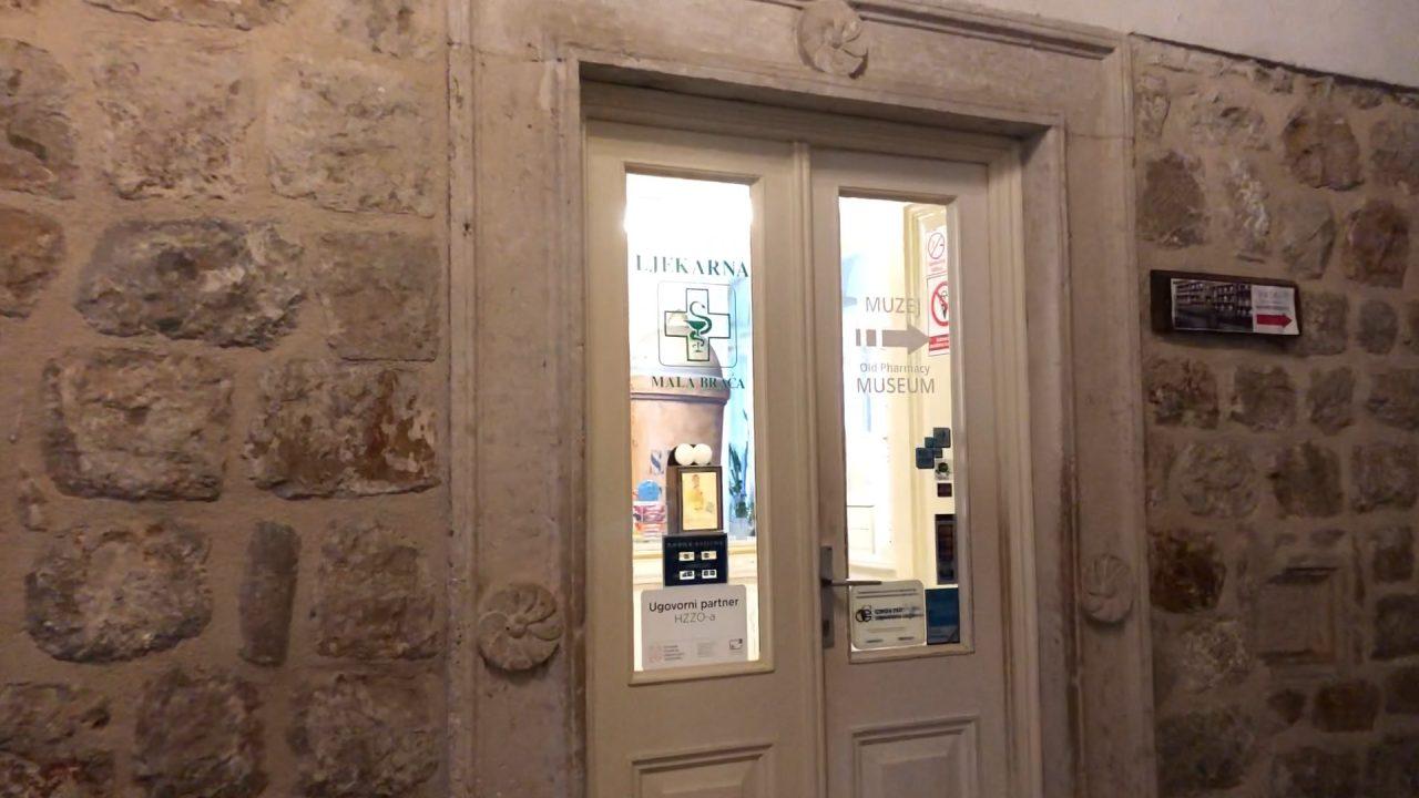 マラ・ブラーチャ薬局の入り口