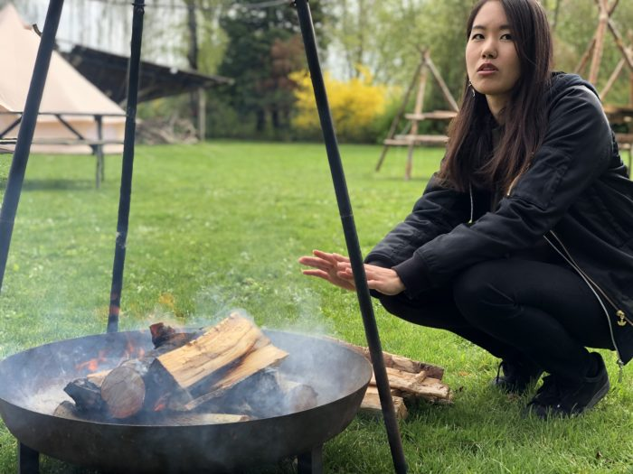 焚き火で暖を取るかよちゃん