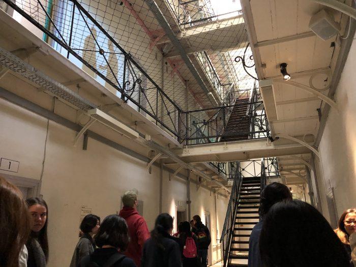 刑務所の中。壁や床に投影された映像が面白い。
