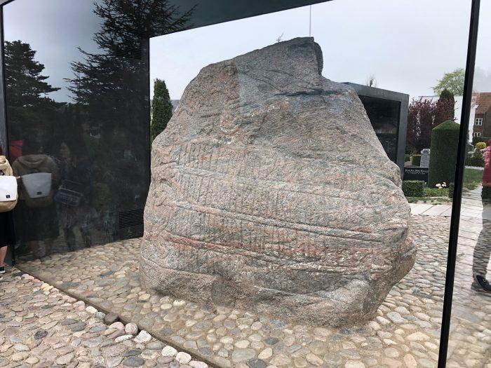ハーラル1世の石碑。ルーン文字で書かれてます。