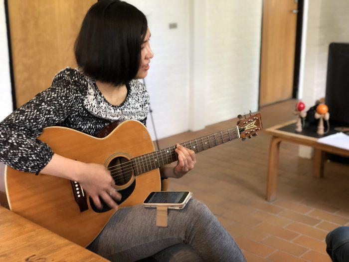 デンマークに来てから始めたというギターを弾くあやねちゃん