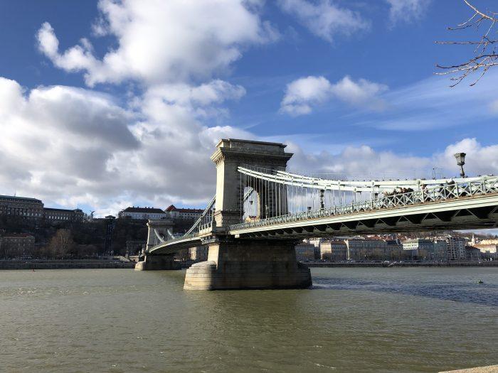 ブダとペストをつないだ最初の橋、セーチェーニ鎖橋。