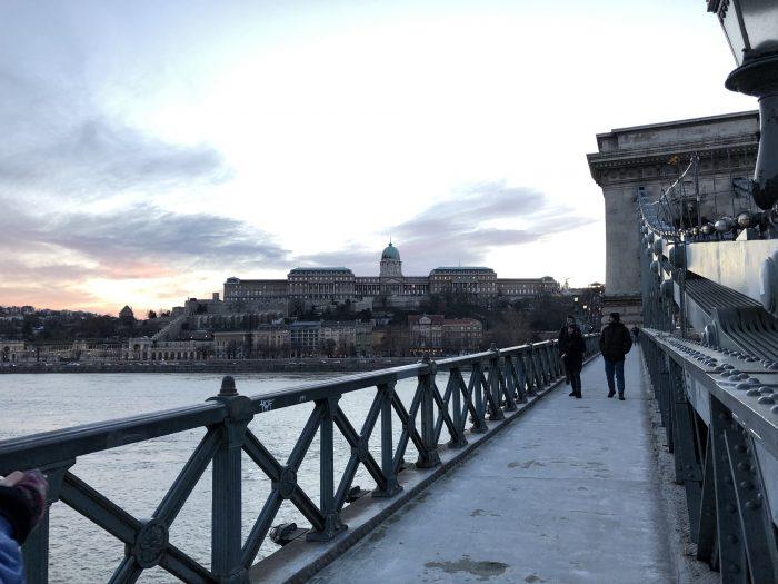 セーチェーニ鎖橋を歩きながらブダ城を見る