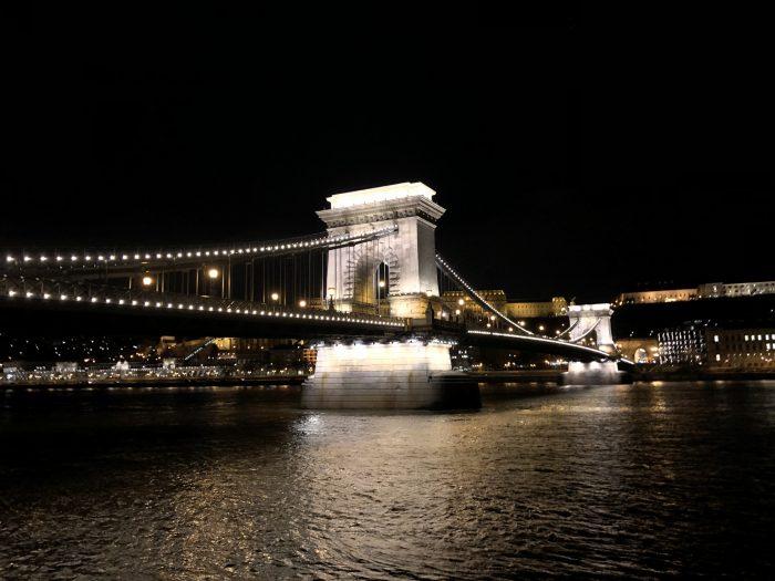 夜になるとええ感じにライトアップされるセーチェーニ鎖橋
