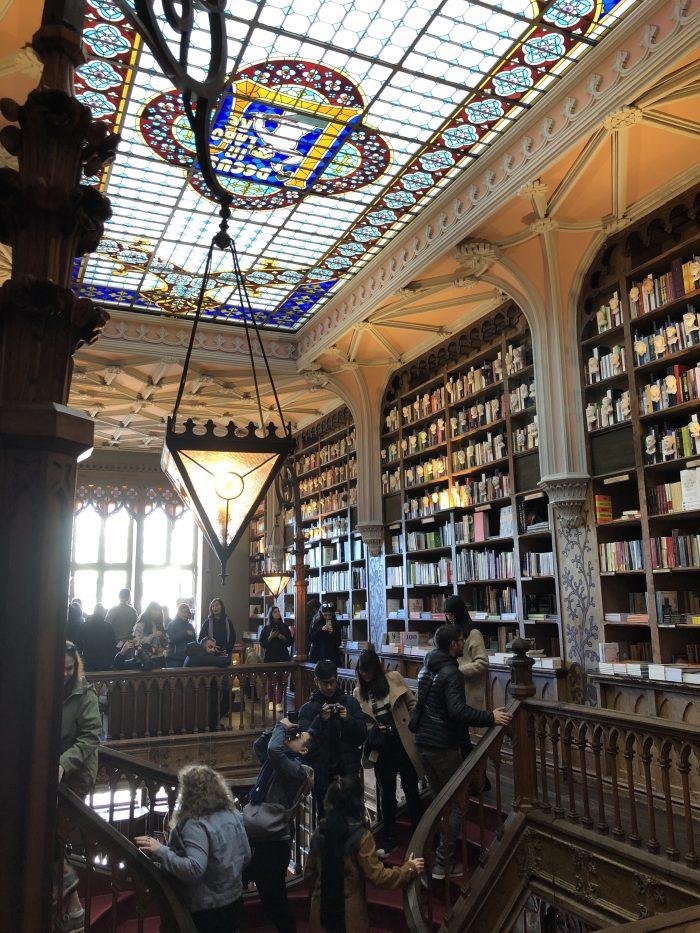 レロ書店の2階。天井はガラス。