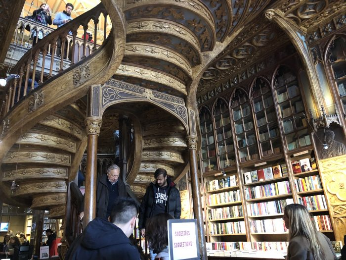 レロ書店といえばこの階段