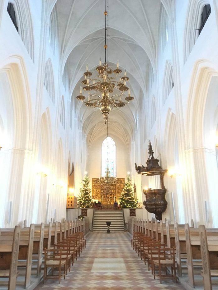 聖クヌード教会の中。祭壇が美しい。