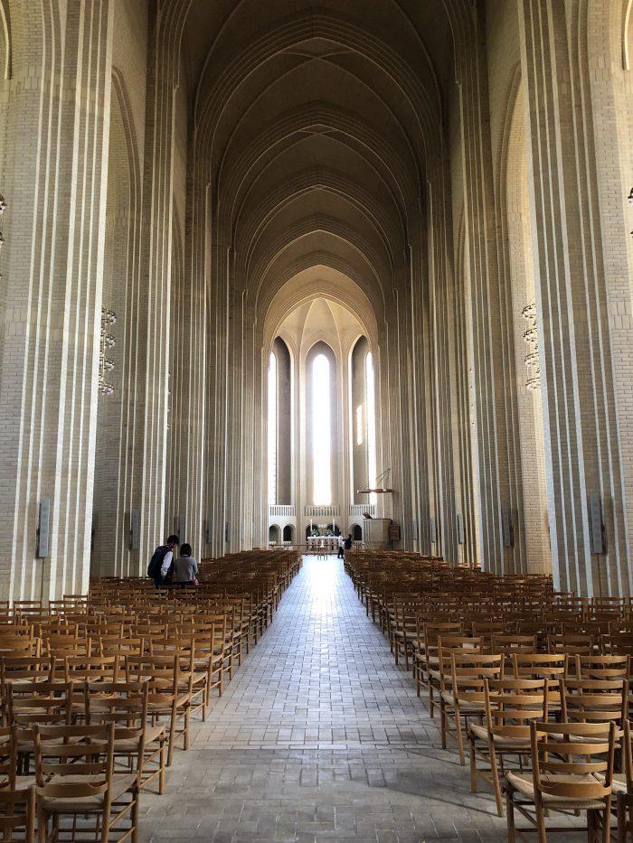 グルントヴィ教会の中。縦のラインを意識させて大きく見せている。