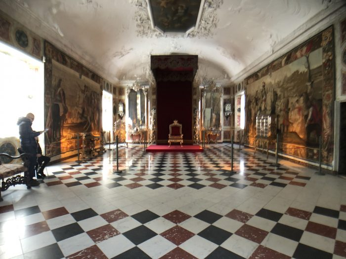 左右の端に豪華な椅子が飾られている部屋